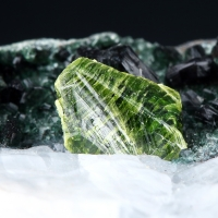 Chromian Titanite & Clinochlore